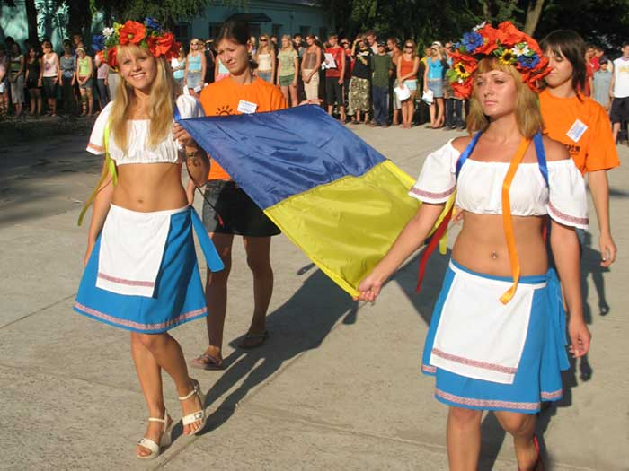 Торжественная линейка - вынос украинского флага